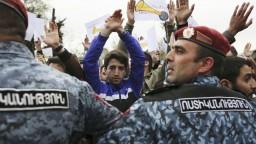 Arménsko sa zmieta v kríze, opozícia organizuje protesty