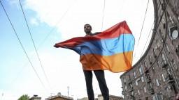 Arménsky premiér zareagoval na masové protesty a podal demisiu