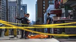 Muž v dodávke vrážal do ľudí na chodníku, hlásia obete