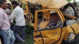 Indický školský autobus sa zrazil s vlakom, zahynulo trinásť detí