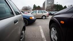 Chaos v parkovaní pokračuje, poslanci o návrhu nerokovali
