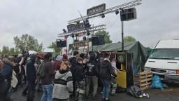 Na bývalej základni NATO bol ilegálny festival, prišlo 20-tisíc ľudí