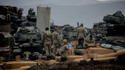 Sýrske základne zasiahli strely, zomreli desiatky vojakov