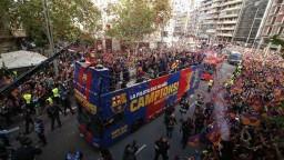 V Barcelone oslavovali titul, fanúšikovia sa lúčili s Iniestom