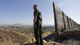 Prví migranti z karavány sú v USA, o azyl žiadajú desiatky ľudí