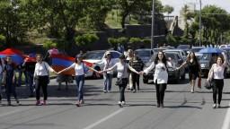 Protesty v Jerevane, Arméni zablokovali cesty aj vládne budovy