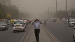 Indiou sa prehnala prachová búrka, zabila viac ako 79 ľudí