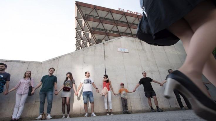 Ľudia sa zišli pred budovou Slovenského rozhlasu, vytvorili živú reťaz