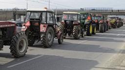 Nespokojnosť vyjadrili aj farmári, ich traktory spôsobili kolóny