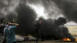 Palestínčania opäť protestovali na hraniciach, stovky utrpeli zranenia