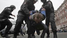 Protestné zhromaždenia v Rusku rozohnali obuškami a plynom