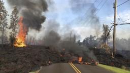 Sopečná láva ničí domy, ľudí z ohrozených oblastí evakuujú