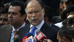 Pakistanský minister prežil pokus o atentát, napadli ho na mítingu