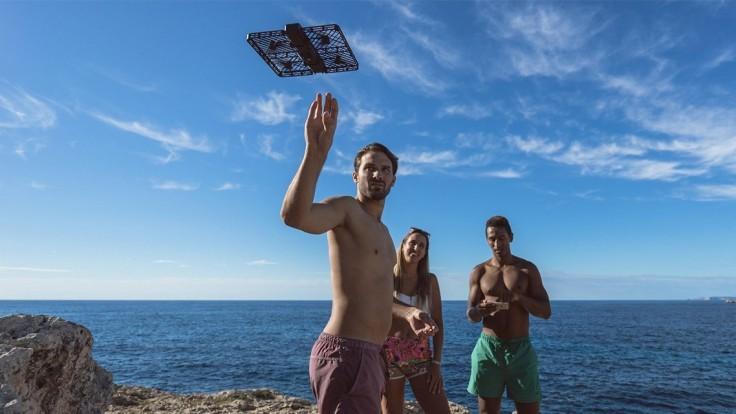 Hover Camera Passport: Dron vo veľkosti pasu so 4K kamerou