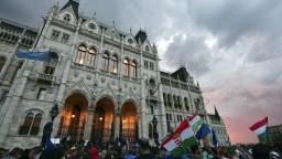 Proti Orbánovej vláde protestovali tisícky Maďarov