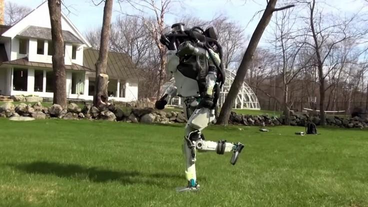 Roboty Boston Dynamics behajú v parkoch aj v preplnených budovách