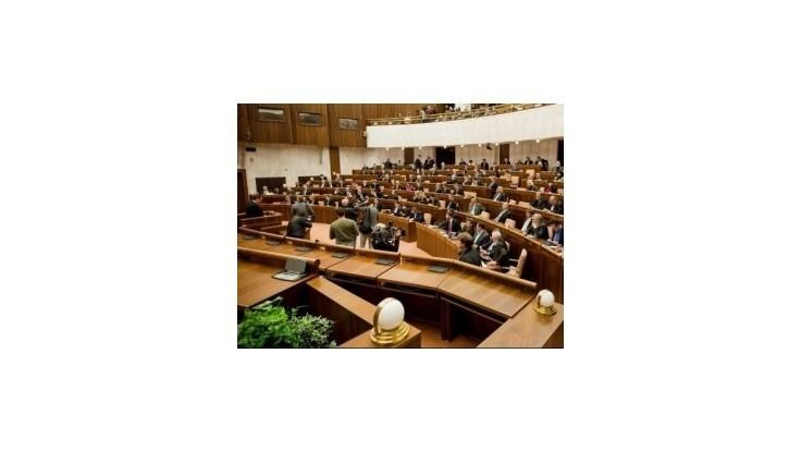 Poslanci sa budú v parlamente pravidelne modliť