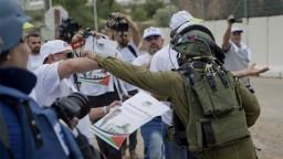 Desiatky mŕtvych, stovky zranených. Počas protestov v Gaze tečie krv
