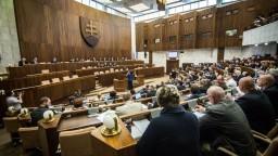 Parlament nerozhodol o platoch ústavných činiteľov, vláda stiahla návrh