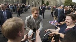 Briti sa tešia z kráľovskej svadby, mladým želajú šťastný život