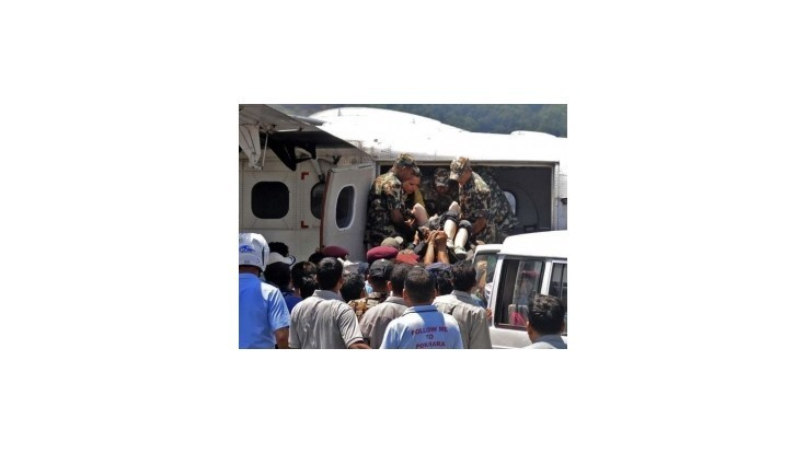 Lietadlo s pútnikmi havarovalo v Himalájach, prežilo šesť ľudí