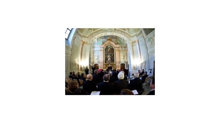 Poslanci sa budú obracať k Bohu, parlament vyberá modlitebňu