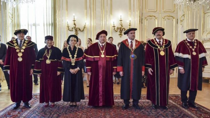 Kiska vymenoval nových rektorov aj profesorov vysokých škôl