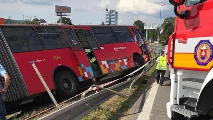 Autobus bratislavskej MHD sa zrazil s autom, hlásia zranených