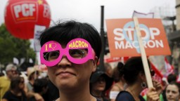 Desaťtisíce Francúzov protestovali proti reformám, Macron trvá na svojom