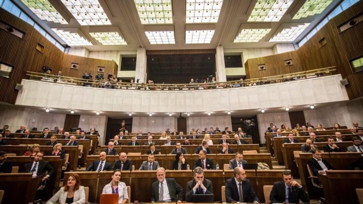 Slušnosť v parlamente má zabezpečiť kódex, návrhov je niekoľko