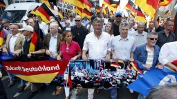 V Berlíne protestovali tisíce prívržencov aj odporcov AfD