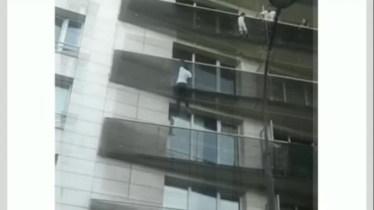 Migrant sa stal hrdinom. Šplhal po budove, aby zachránil dieťa