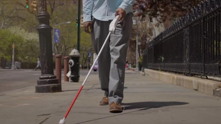 WeWALK: Užitočnými technológiami nabitá palica pre nevidiacich