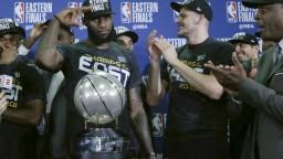 NBA: LeBron nezišiel z palubovky, Cleveland dostal do finále