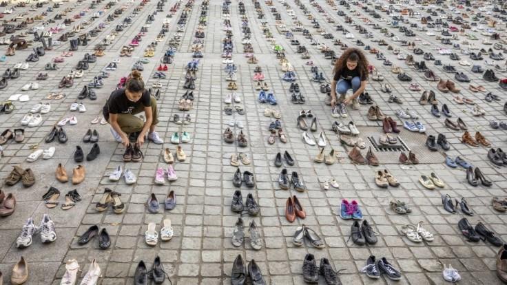 Brusel zaplavili stovky topánok, slúžili ako odkaz pre Netanjahua