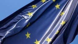 Europoslanci prerokujú platové podmienky pre cudzincov. Chcú spravodlivosť