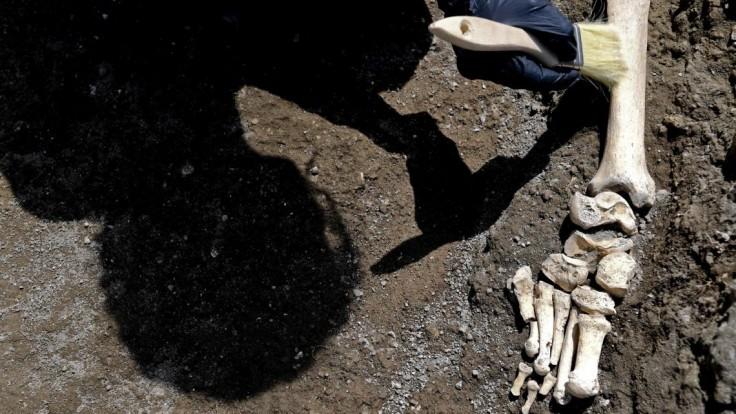 Objavili unikátny historický nález, muža rozdrveného kameňom