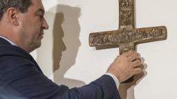 V Bavorsku zaviedli povinné kríže, vraj nie sú náboženskými symbolmi