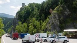Cestu pod Strečnom zablokovala hromadná zrážka kamiónov a vozidiel