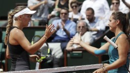 Halepová je vo štvrťfinále, Wozniacka podľahla talentovanej Ruske