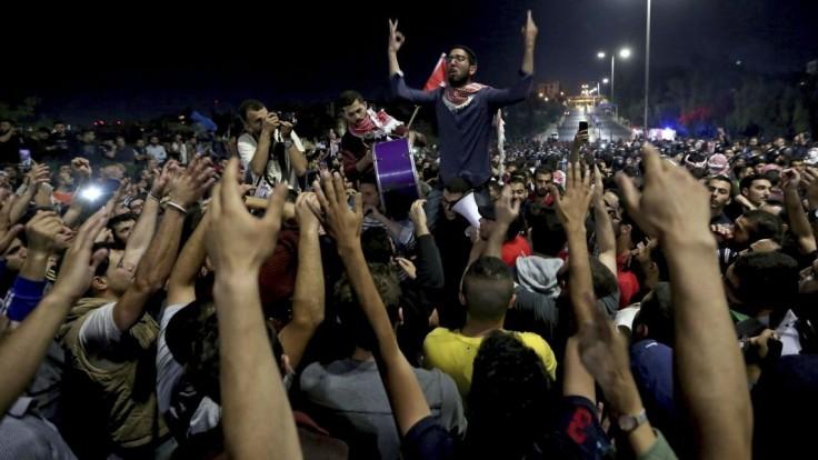 Protesty neutíchajú ani po odstúpení kritizovaného premiéra