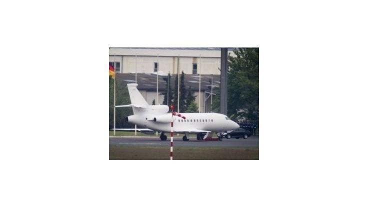 Hollandovo lietadlo cestou do Berlína zasiahol blesk