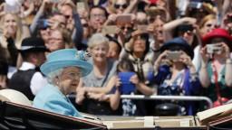 Kráľovná oslávila narodeniny, oblohu zahalila britská trikolóra