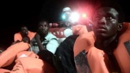 Loď so stovkami migrantov, ktorú nikto nechcel, našla prístav