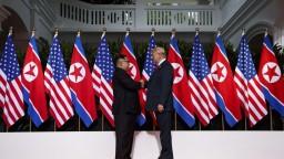 Historické stretnutie. Kim s Trumpom si podali ruky a vyrokovali dohodu