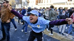 Uruguaj uspel v úvodnom vystúpení, hráči rozhodli pred koncom zápasu