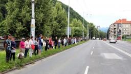 Ľudia vyjadrili nespokojnosť, v Banskej Bystrici vytvorili živú reťaz