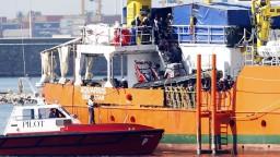 Lode s migrantmi, ktorých odmietli Taliansko i Malta, zakotvili