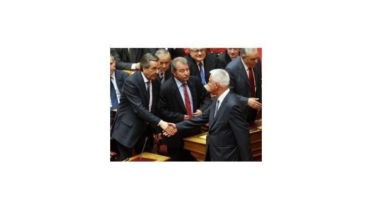 Grécko zatiaľ povedie len dočasná vláda, ministri sa vzdali platov