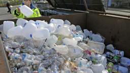 Západ sa musí vysporiadať s viac ako 100 miliónmi ton plastov